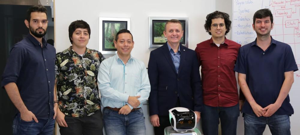 El equipo de Innovati con el robot Okibot.