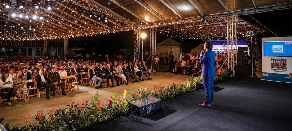 Con un mensaje cercano, el alcalde Federico Gutiérrez Zuluaga, invitó a su sucesor, Daniel Quintero Calle a construir sobre lo ya construido, clave para mantener la transformación de la ciudad. Foto Manuel Leuman.